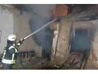 Karaman'da kerpiç evin çatısında çıkan yangın korkuttu
