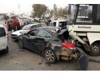 Freni boşalan midibüs ışıkta bekleyen araçlara çarptı: 2 yaralı