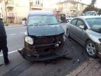 Hafif ticari araçla otomobil çarpıştı: 1 yaralı