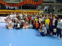 Bilecikli öğrenciler, Burhan Felek Voleybol Salonu'nda özel misafirler oldu