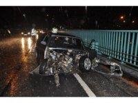 Otomobil korkuluklara çarptı: 1 yaralı