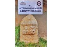 Evinde 1,5 ton ağırlığında Roma dönemine ait mezar taşı ele geçirildi