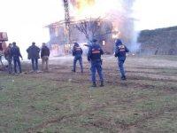 Kastamonu'da iki katlı ahşap ev tamamen yandı