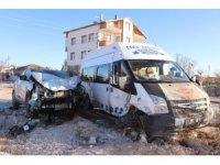 Aksaray'da otomobil minibüse çarptı: 1 yaralı