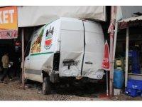 Diyarbakır'da otomobil minibüse çarptı: 2 yaralı
