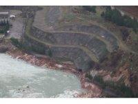 Baraj suları yolu yıktı, bir araç içindeki silahla kayboldu