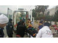 Kasksız sürücü başını kaldırıma çarpıp ağır yaralandı