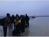 Fırtınada lastik botları sürüklenen kaçak göçmenler kurtarıldı