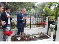 CHP'nin Büyükşehir Belediye Başkan Adayı Böcek'in ilk ziyareti anne ve babasının kabirleri oldu
