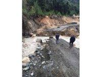 Mersin'de yol yarıldı, menfez köprü ikinci kez göçtü