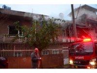 Yangında evinde mahsur kalan yaşlı kadını itfaiye kurtardı
