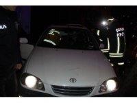 Kontrolden çıkan otomobil park halindeki araçlara çarptıktan sonra kaldırıma çıktı