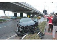 Araçların hurdaya döndüğü kazayı yara almadan atlattılar