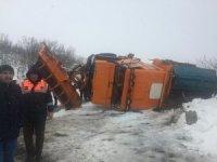 Bingöl'de kar temizleme aracı devrildi