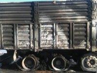 Hareket halindeki kamyonun lastikleri yandı