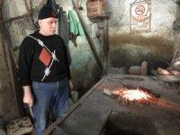 Kalaycı Mehmet Usta, 45 yıldır bakırı sevgiyle parlatıyor