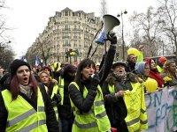 """Fransa'da """"sarı yelekli kadınlardan"""" gösteri"""