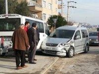 Kaza yapan iki araç yayaların arasında daldı: 3 yaralı
