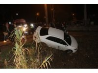 Otomobil kanala devrildi: 2 yaralı