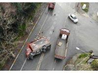Avcılar'da kamyon devrildi, meşrubatlar yola saçıldı