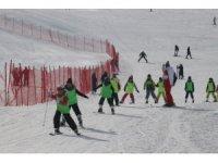 Öğrenciler karne hediyelerini kayak öğrenerek geçiriyor