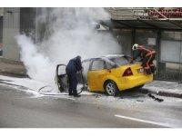 Başkentte otobüs durağına çarpan taksi yandı
