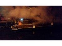 8 metrelik ahşap yat alev alev yandı
