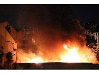Şişli'de alevler içinde kalan hurda deposu korkuya neden oldu