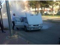 Alev alan otomobili belediye otobüs şoförü söndürdü
