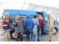 Donma tehlikesi geçiren düzensiz göçmenleri Mehmetçik kurtardı