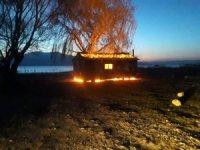 Gelendost'ta göl kenarındaki prefabrik ev kundaklandı