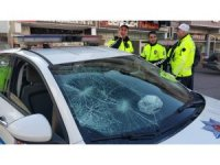 Sürücü polis aracının camını kırdı, annesi de bastonla polise saldırdı