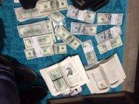 Yüklü miktarda dövizle yakalanan FETÖ imamı paraları kitapların arasındaki özel bölmede saklamış