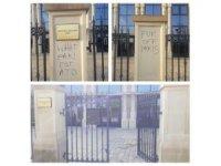 İngiltere'de bir caminin girişine ırkçı yazılar yazıldı