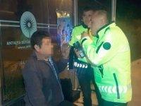 Polisin alkollü sürücüyle alkolmetre sınavı