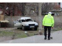 Kaçırdıkları araba ile kaza yaptılar, yaralı olarak kaçtılar