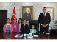 Yunak'ta ilçe protokolü koltuklarını çocuklara devretti