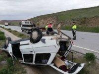 Lastiği patlayan otomobil refüje devrildi :1 yaralı