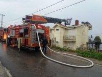 Yazlık evin çatısı yandı