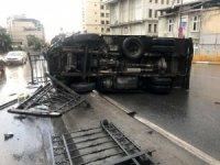 Beyoğlu'nda kamyonet devrildi