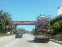 Somya yüklü kamyonet trafikte tehlike saçtı