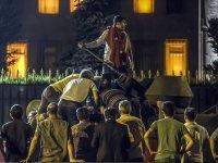 Halk darbeye karşı sokaklara böyle akın etti
