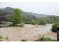 Sel nedeniyle mahsur kalanlar kurtarıldı