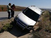 Ticari araç orta refüje devrildi
