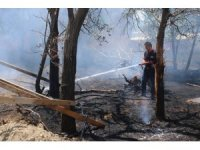 Arazi içinde bulunan ahşap inşaat malzemeleri yandı