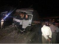 Bingöl'de tır elektrik direğine çarptı: 1 yaralı