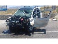 Ticari araç sürücüsü kontrolünü kaybetti duvara çarptı: 1 ölü, 4 yaralı