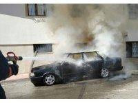 Elazığ'da otomobil yanarak, kullanılamaz hale geldi