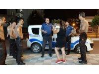 Sokaklarda bağırıp araçların önüne atlayan alkollü kadın gözaltında