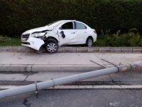 Otomobili ile elektrik direğe çarpan sürücü hayatını kaybetti